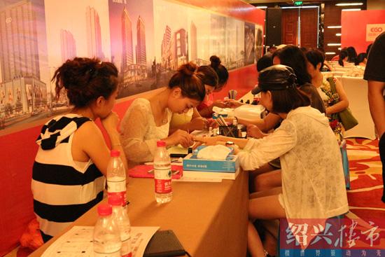 颐高广场为等候区的女性朋友提供美甲服务