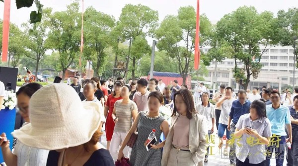 ◎客户涌入参观钱江・彩虹府示范区