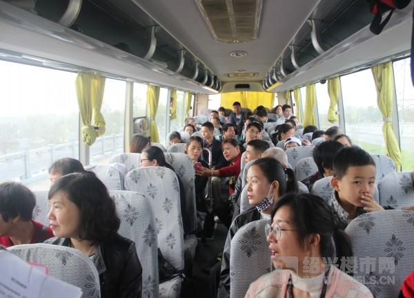 业主们观望袍江两湖公园